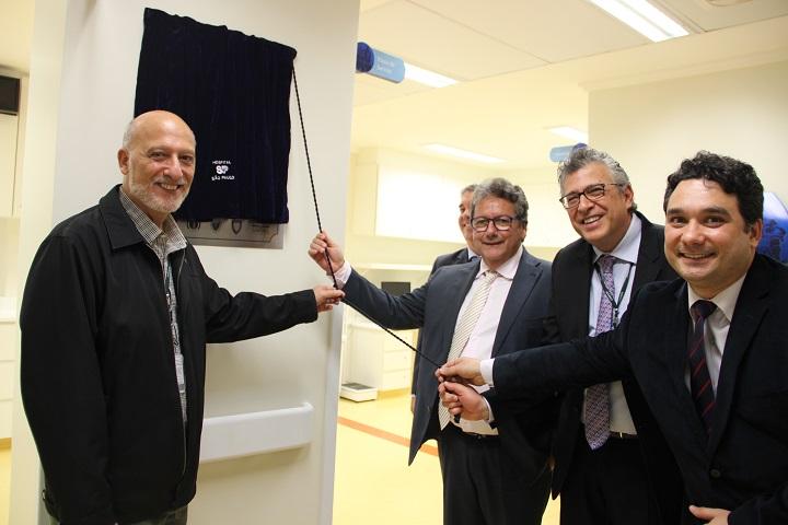Descerramento da placa com professores do Departamento de Neurologia e Neurocirurgia e presidente da Ebserh